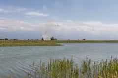 在湖以后的烟 免版税图库摄影