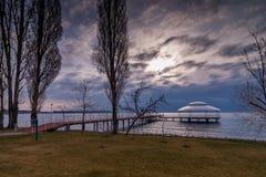 在湖伊塞克湖, Cholpon-Ata,吉尔吉斯斯坦的码头 库存照片