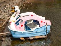 在湖停放的天鹅小船 免版税库存图片