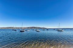 在湖停泊的小船 免版税图库摄影