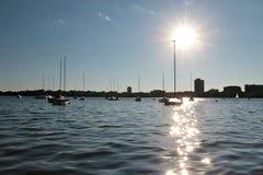 在湖停泊的帆船卡尔霍恩反对低太阳 库存图片