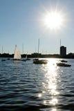 在湖停泊的帆船卡尔霍恩反对低太阳 免版税库存图片