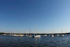 在湖停泊的帆船卡尔霍恩 库存图片