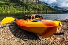 在湖前面的一艘皮船 免版税库存图片