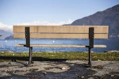 在湖前面的长凳 免版税库存照片