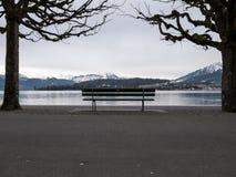 在湖前面的长凳 免版税库存图片