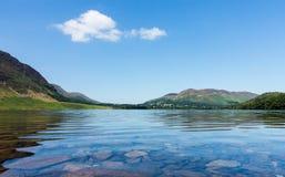 在湖区小山的反射在Crummock水中 库存照片