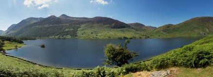 在湖区小山的反射在Crummock 免版税库存图片