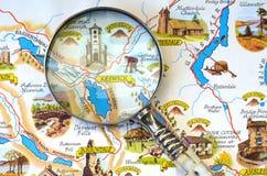 在湖区的地图的放大镜 库存照片