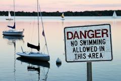 在湖卡尔霍恩的没有游泳标志 库存图片