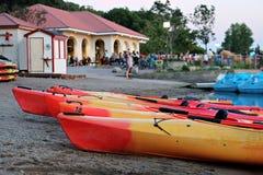 在湖卡尔霍恩的靠岸的皮船 免版税库存图片