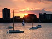 在湖卡尔霍恩的风船日落 免版税库存照片