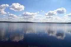 在湖反映的云彩 库存图片