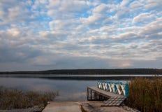 在湖反映的天空 库存照片