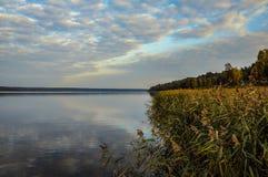 在湖反映的天空 免版税库存图片