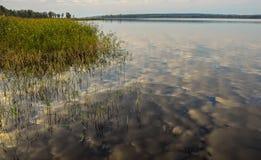 在湖反映的天空 图库摄影
