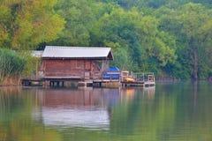 在湖反映的小假日村庄 免版税库存图片