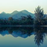 在湖反映的山风景  库存照片
