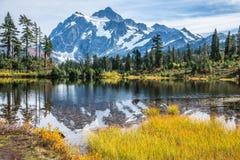 在湖反映的山 库存图片
