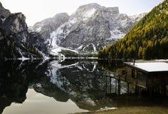 在湖反映的山 免版税库存图片