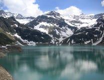 在湖反映的斯诺伊山 免版税库存照片