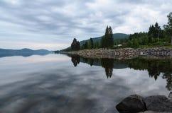 在湖反映的淡色天空 免版税库存图片