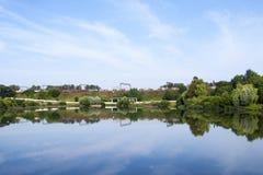 在湖和公园附近的工业铁路 库存图片