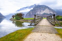 在湖和奥地利阿尔卑斯的桥梁 图库摄影