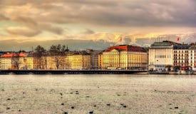 在湖和山之间的日内瓦 免版税库存图片