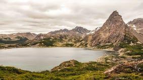 在湖和山的看法在世界的最南端的艰苦跋涉在Dientes de Navarino在Isla Navarino,巴塔哥尼亚, Ch 免版税库存图片