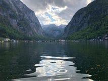 在湖和山的美丽的景色在奥地利 图库摄影