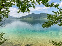 在湖和山的美丽的景色 免版税图库摄影