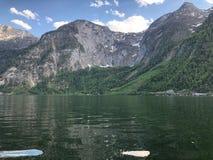 在湖和山的美丽的景色 免版税库存图片