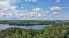 在湖和森林的美丽如画的看法在日落之前的晚上时间的 在水表面和云彩反映的天空 Beautifu 免版税库存图片