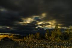 在湖和森林的美好的全景在晚上 库存图片
