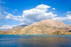 在湖和美丽的云彩的自然反射 库存照片