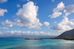 在湖和美丽的云彩的自然反射 免版税库存照片
