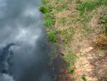 在湖和蓝天反映的摘要、云彩浮出水面 免版税图库摄影