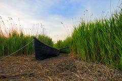 在湖和蓝天附近的老渔夫小船 库存照片