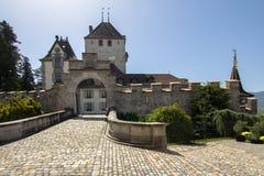 在湖图恩的Oberhofen城堡在瑞士 图库摄影
