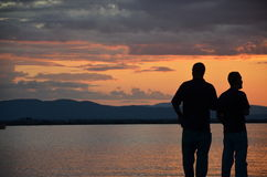 在湖在夏天我们谈话生活 免版税库存照片