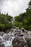 在湖在Tatra山的Morskie Oko的山瀑布在波兰 三瀑布之一,可以在找到  免版税库存照片
