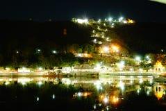 在湖堤防的夜光 免版税库存图片
