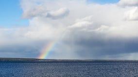 在湖天空的彩虹 免版税库存图片