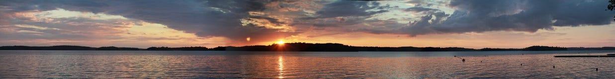 在湖天际风景的日落 在全景河水的视图的黑暗的日落 免版税库存照片