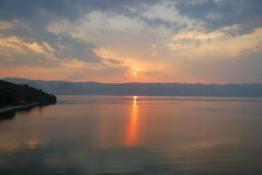 在湖奥赫里德和阿尔巴尼亚山的日落 库存图片