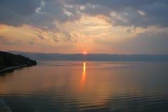 在湖奥赫里德和阿尔巴尼亚山的日落 免版税库存照片