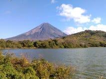 在湖尼加拉瓜的火山 免版税库存图片