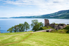在湖尼斯湖,苏格兰的Urquhart城堡 免版税库存照片