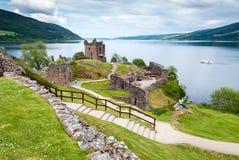 在湖尼斯湖,苏格兰的Urquhart城堡 库存图片